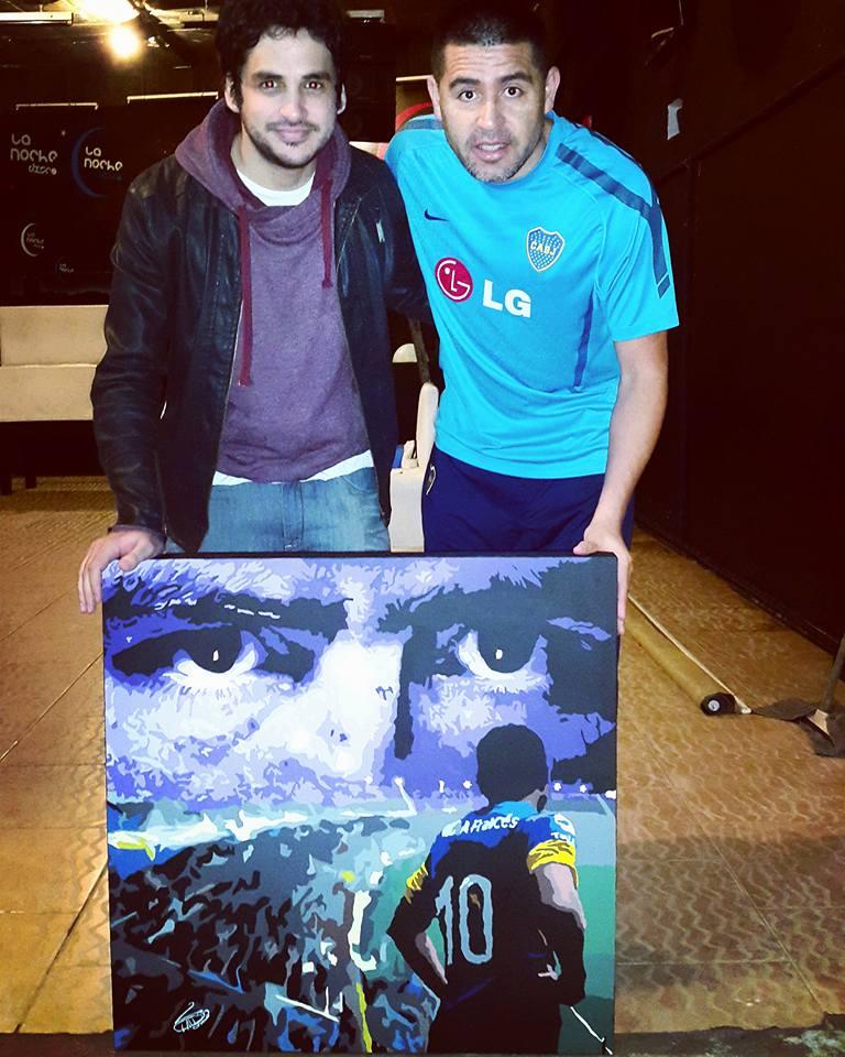 Claudio Rengach entregando uno de sus cuadros al ex 10 xeneize, Juan Román Riquelme