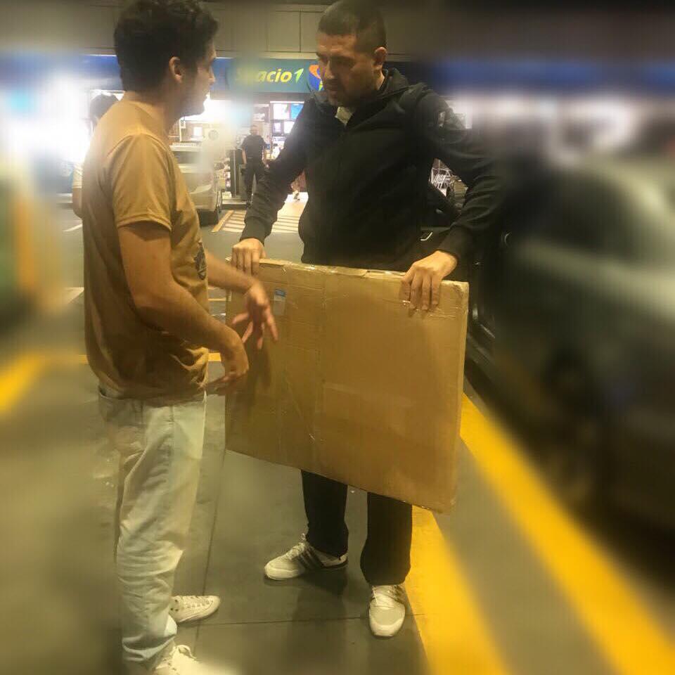 Claudio Rengach entregandole el cuadro pedido a Riquelme