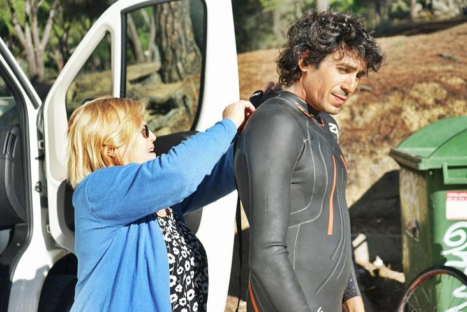 Patricio es ayudado por su mamá, Isabel Miño