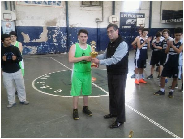 entrega por parte del presidente de la Asociación Jorge Lepori de la copa por el  2° puesto a Bautista Araujo, jugador del C.E.F N° 11.