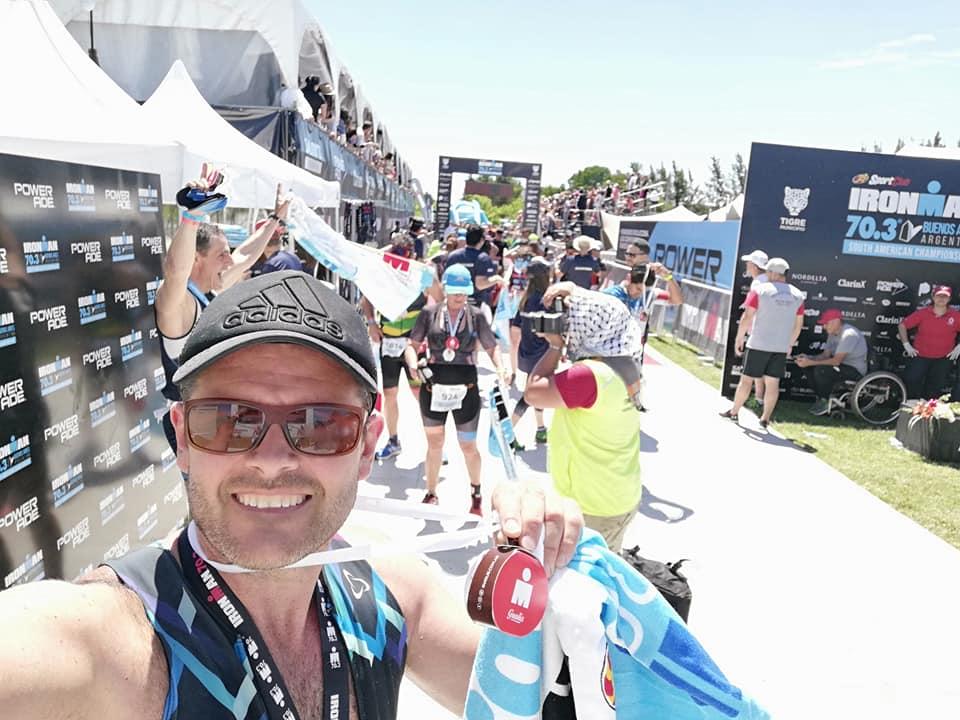 Mariano Moreno muestra la medalla tras haber concluido su primer Iron Man en Tigre