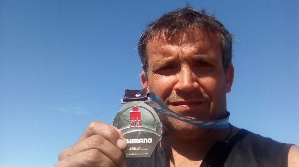 Diego Carioli muestra su medalla de participación en el Iron Man de Tigre