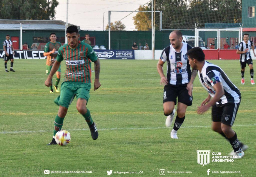 Jonathan Blanco de buen partido, rodeado por jugadores de Central Córdoba de (Sgo del Estero)