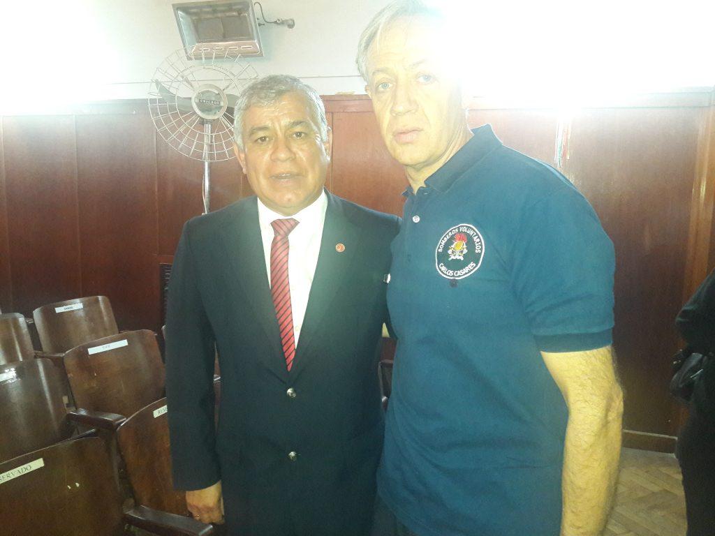 El Presidente del Consejo de Federaciones de Bomberos Voluntarios de la República Argentina, Carlos Alfonso y camandante mayor Hugo Trezeguet integrante del C.U.O de dicho consejo
