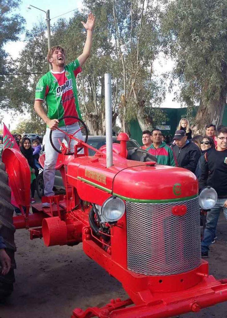 Gonzalo Urquijo en tractor festejando el ascenso de Agropecuario a la B Nacional